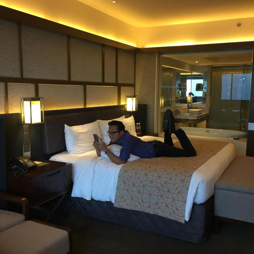 Pan Pacific Singapore - hotel room with author 2